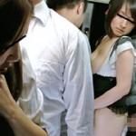 満員車内で人妻のスカートがめくれ上がりパンツ丸出し!